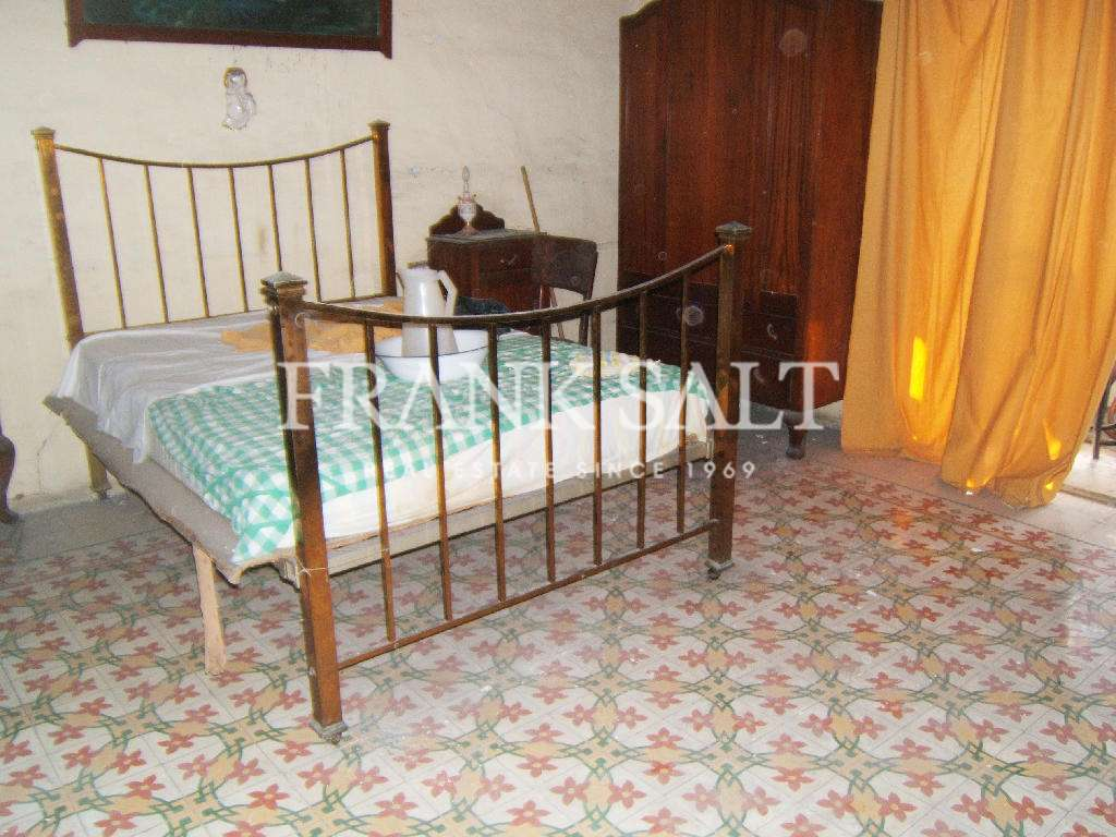Paola, Unconverted Town House-image-4